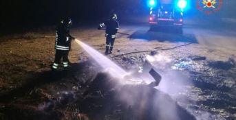 Rifiuti bruciati nella notte sulla spiaggia di Roccelletta -VIDEO