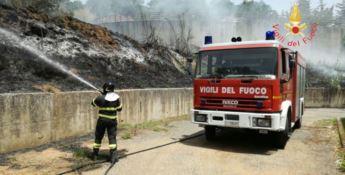 Incendio minaccia abitanti delle case popolari a Centrache
