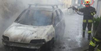 Auto avvolta dalle fiamme a Stalettì, conducente riesce a mettersi in salvo