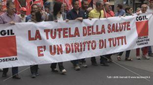 «La tutela della salute è un diritto di tutti». In migliaia in piazza a Cosenza
