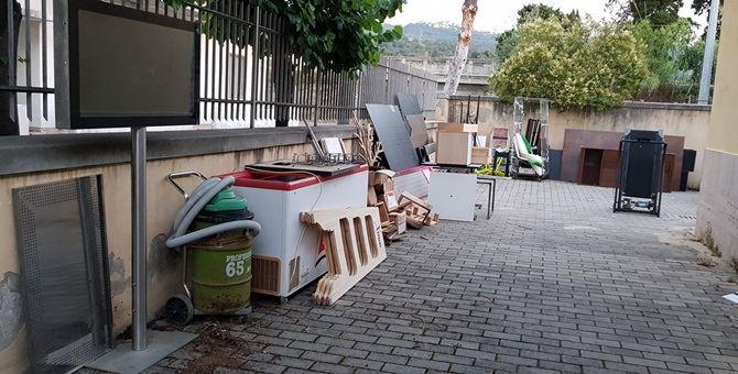 I mobili fuori dalla sede