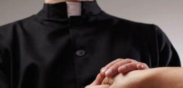 Messaggi hot e avances sessuali a fedeli, sacerdote rimosso