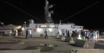 Crotone, soccorsi 48 migranti a bordo di un veliero