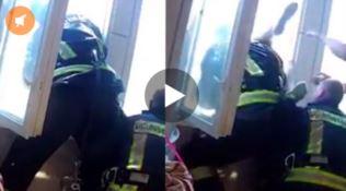 Tenta il suicidio lanciandosi dalla finestra, il pompiere l'afferra al volo - VIDEO