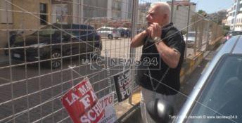 Consigliere s' incatena davanti la Prefettura: «Ribellatevi alla 'ndrangheta» -VIDEO