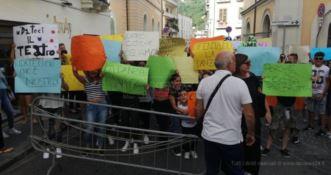 La protesta al teatro Grandinetti di Lamezia Terme (7 giugno)