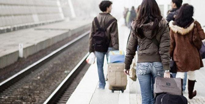 Giovani in partenza alla stazione ferroviaria
