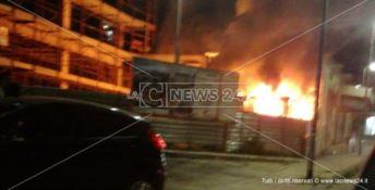 Catanzaro, violento incendio divampa nella notte in un cantiere
