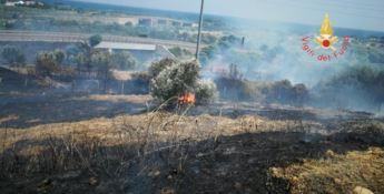 Incendio divampa tra Copanello e Squillace, invasa la statale 106