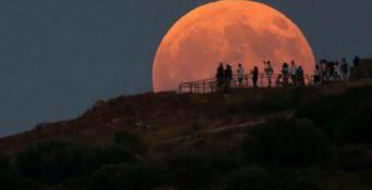 Cielo rosso sangue per l'eclissi più lunga del secolo