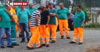 Raccolta rifiuti a Vibo, operai senza stipendio: scatta la protesta -VIDEO