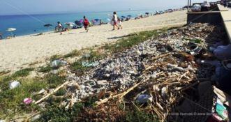 Rifiuti e degrado in spiaggia, turisti esasperati a Vibo Marina