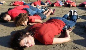 Una manifestazione di donne in maglia rossa a Marrakesh per ricordare il piccolo Aylan