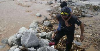 Un vigile del fuoco impegnato nel salvataggio di un bambino il giorno dell'alluvione