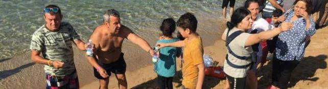 Bagnini e turisti soccorrono 54 curdi sbarcati sulla spiaggia di Isola Capo Rizzuto