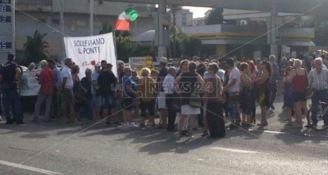 Ritardi nei lavori sul Ponte Allaro, cittadini in protesta