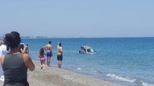 Dimentica il freno a mano, auto finisce in mare a Rossano