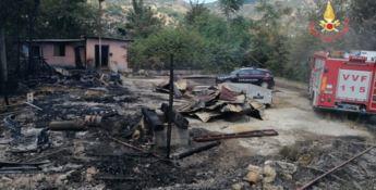 Violento incendio a Montepaone distrugge baracca