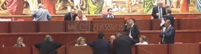 La Calabria aspetti, il Consiglio resta in ferie. Evaporata al sole anche la verifica politica