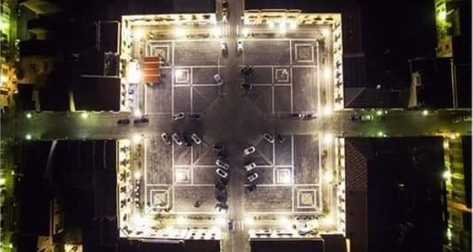Una veduta notturna di piazza 1° maggio dall'alto (Palmi)