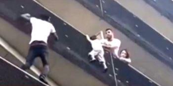 Si arrampica fino al quarto piano per salvare il bimbo appeso alla balaustra (VIDEO)