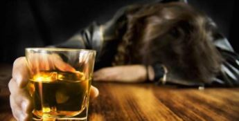 L'Iss: «Bere alcol non protegge dal coronavirus. Anzi aumenta i rischi»