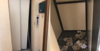 Anziana disabile reclusa in casa, l'ascensore è rotto da un anno