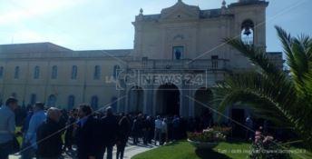 Chiesa gremita per i funerali di una delle vittime del killer di Nicotera