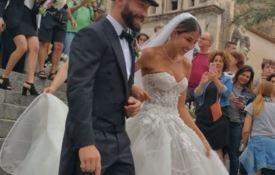 Sposa troppo scollata, il vescovo minaccia sanzioni per il matrimonio del calciatore Tonelli