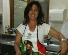 Vicesindaca ai fornelli col grembiule di Mussolini. È polemica per la foto