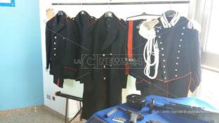Armi e divise dei carabinieri in un'utilitaria a Cosenza, un arresto (FOTO)