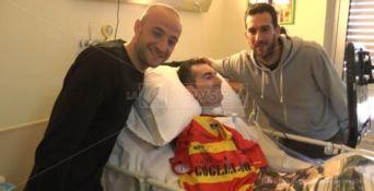 L'abbraccio dei giocatori del Catanzaro a Simone, tifoso affetto da sla (VIDEO)
