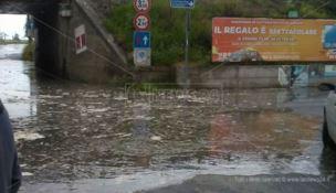 Il mare inonda il centro abitato di Nocera Terinese