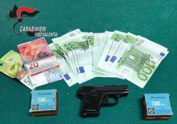 In vacanza armato di pistola e munizioni, arrestato
