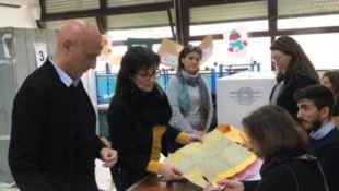 Reggio Calabria, Minniti al seggio per votare