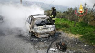 Tiriolo, auto parcheggiata prende improvvisamente fuoco