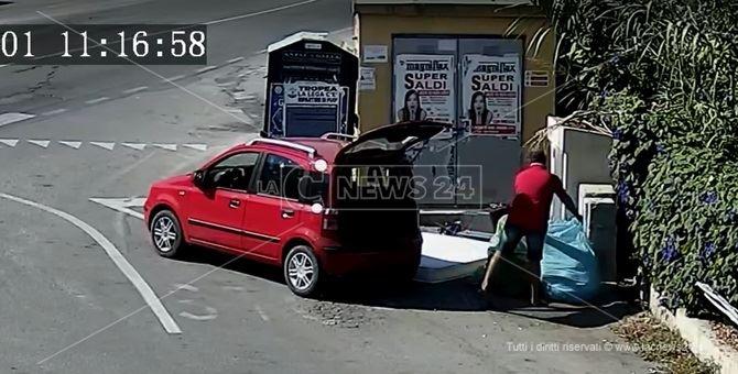 Un cittadino abbandona i rifiuti a Tropea