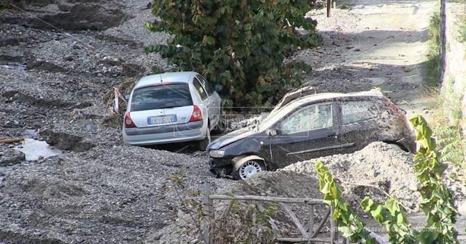 Le auto trascinate dalla furia del torrente Zervo a Bagaladi