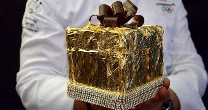 Il panettone con oro e brillanti (foto Ansa)