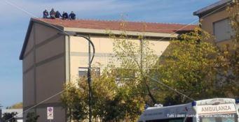 Gli operai saliti sul tetto per protestare