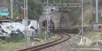 Atto vandalico nella galleria Santomarco a Paola, treni fermi e disagi