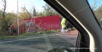 Scalea, drammatico incidente sulla Ss 18: camion finisce fuori strada