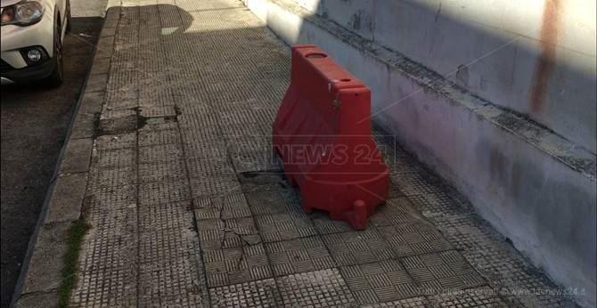 Il marciapiede di Siderno dove l'anziana signora è caduta