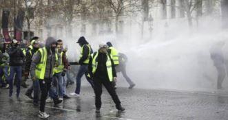 Gilet gialli: scontri e lacrimogeni a Champs-Elysees