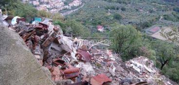 Crolla un edificio a Gimigliano, bloccata la strada provinciale