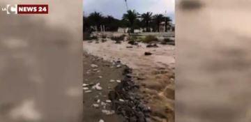 Cade la pioggia e la viabilità va in tilt. Cittadini esasperati: «Torrenti e tombini andrebbero ripuliti»