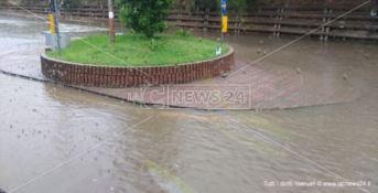 Strade allagate a Montepaone, auto bloccate nelle pozze d'acqua