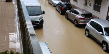 Bomba d'acqua a Botricello, strade allagate e traffico in tilt