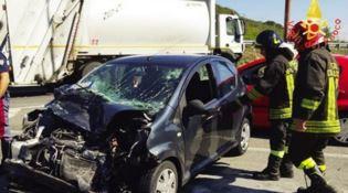 Scontro tra auto e camion dei rifiuti, ferita la conducente