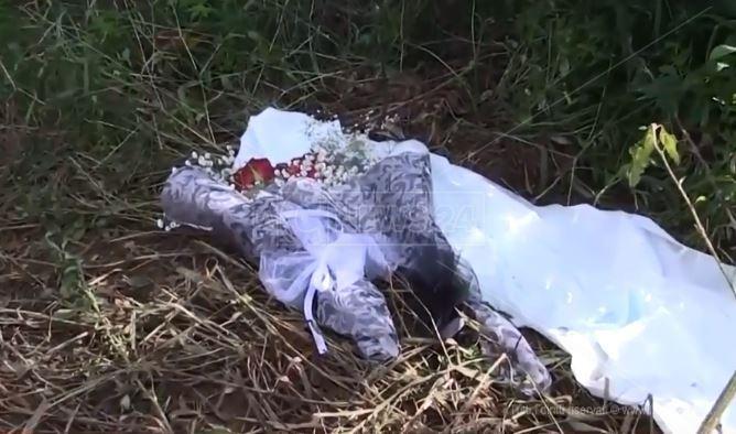 Un mazzo di fiori lasciato sul luogo del ritrovamento delle due vittime